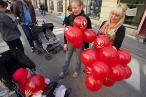 Bild: Ballongutdelning på 1 maj 2011