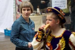 BIld: Lisa Ahlqvist delar flygblad på Hammarkullekarnevalen