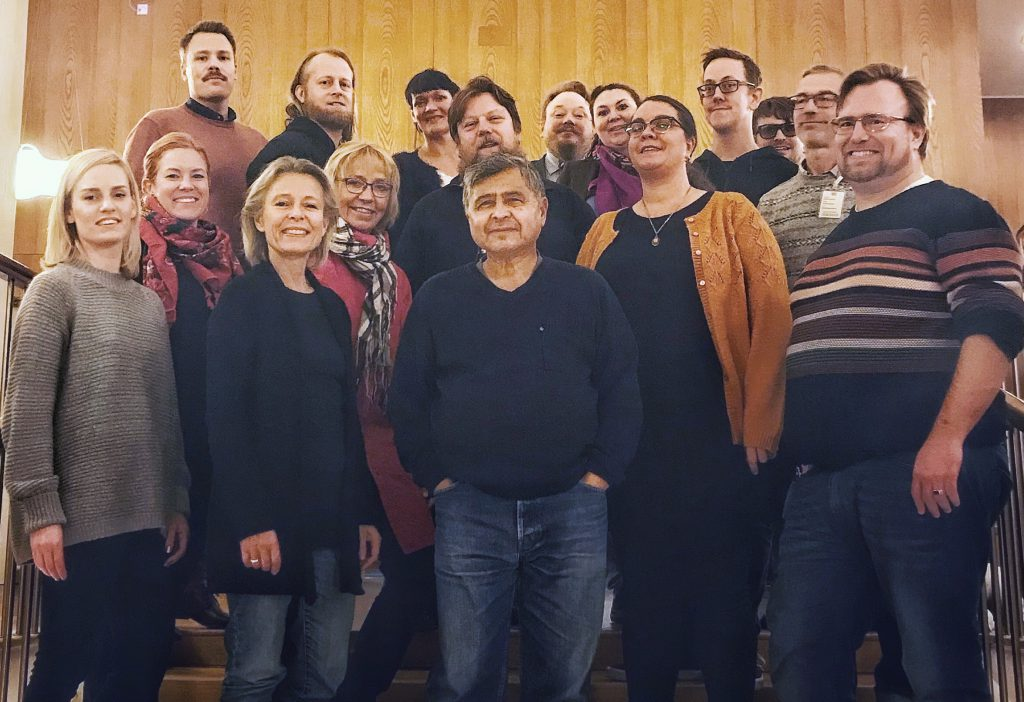 Nästan hela Vänsterpartiets kommunfullmäktigegrupp i Göteborg står i en trappa i stadshuset