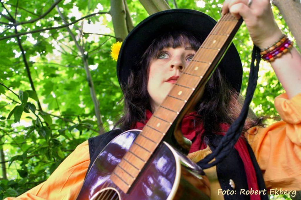 Matlida Magnusson med en gitarr