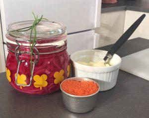 Burk med picklad rödlök, liten skål med rom och liten skål med créme fraiche