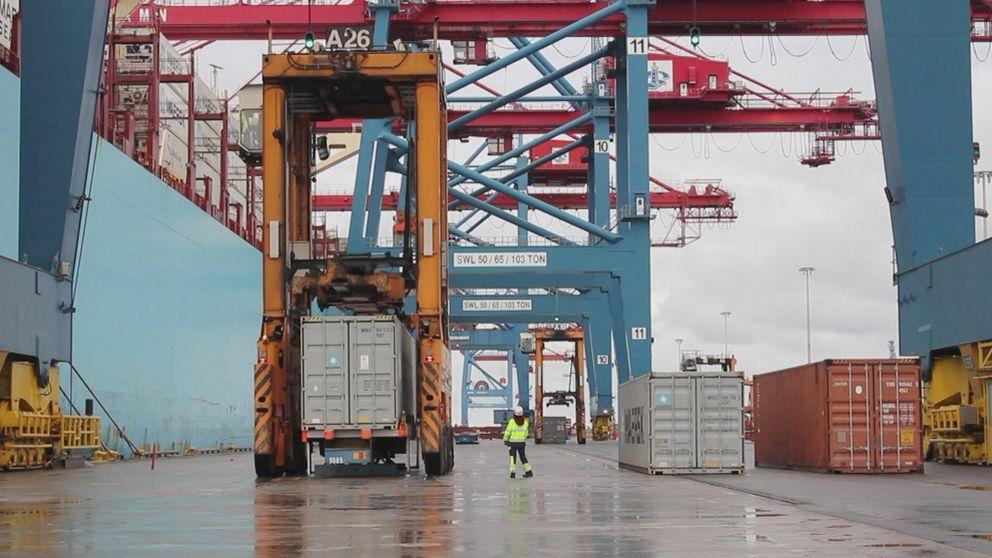 Göteborgs hamn. En hamnarbetare går mot kameran.