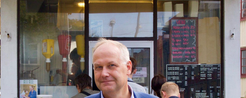 Jonas Sjöstedt framför korvkiosken i Majorna