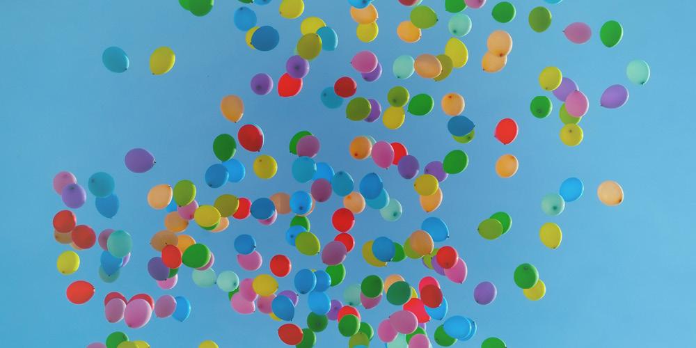 flerfärgade ballonger flyger upp mot himlen