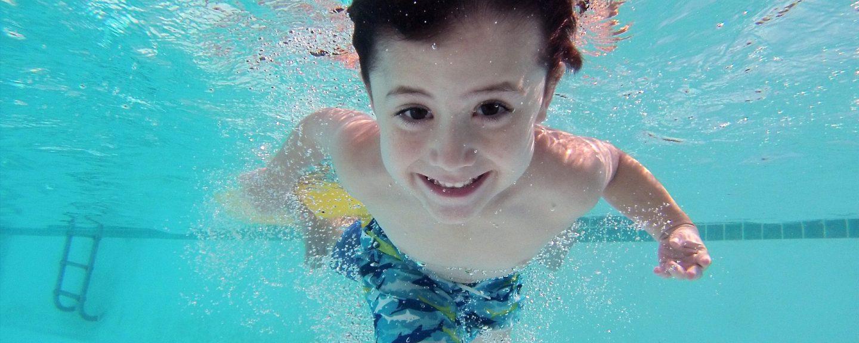 barn simmar i pool