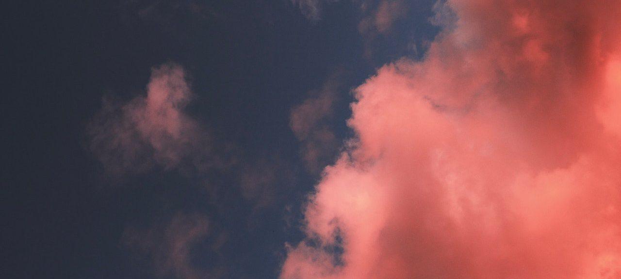 röda moln på blå himmel