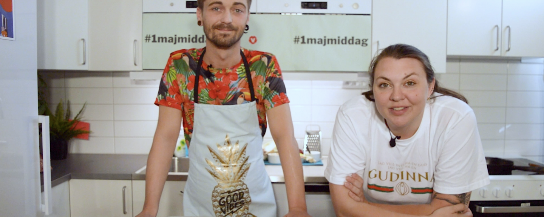 Frida och Alexander står bakom en köksbänk och ler