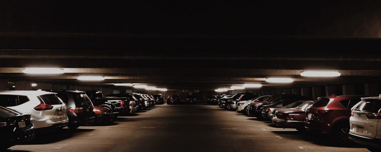 mörkt bilgarage