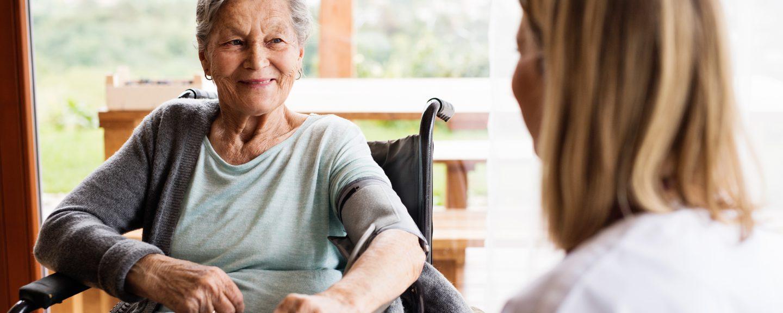 Äldre kvinna tillsammans med vårdpersonal