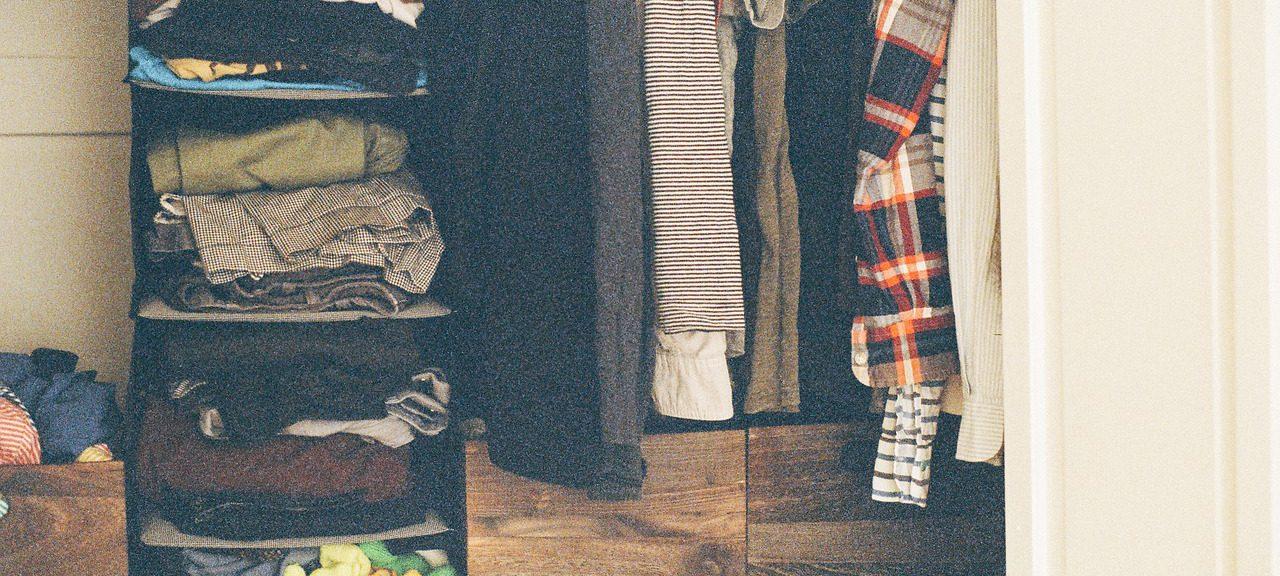 Öppen garderob med kläder i.