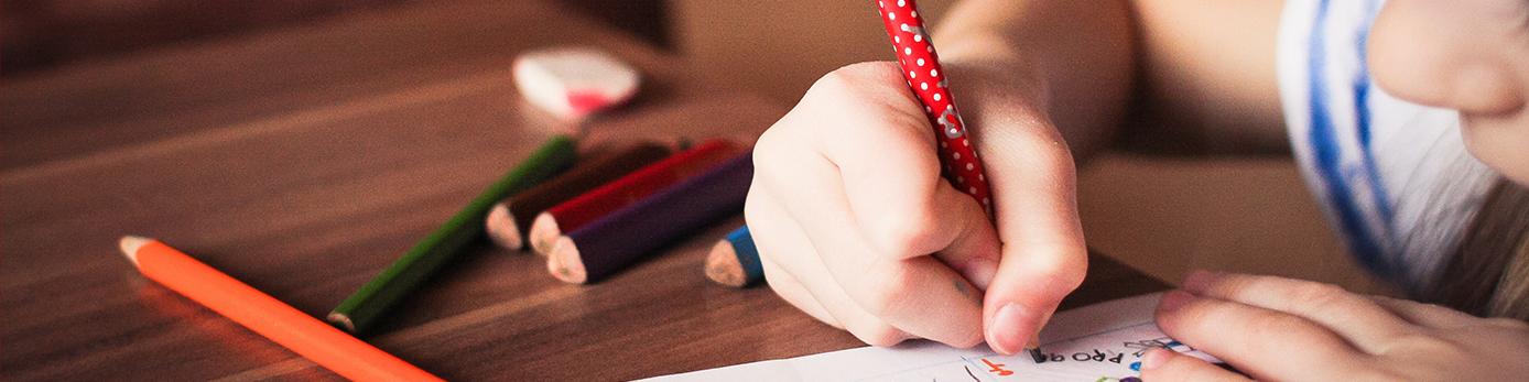 Bild på ett barn som skriver