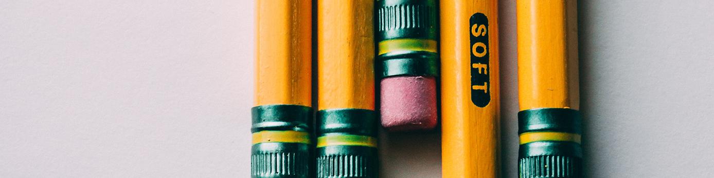 Bild på pennor mot en grå bakgrund